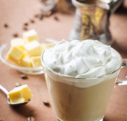 BulletProof Kaffee mit Butter und MCT-Kokosöl, ketogenes Getränkefrühstück