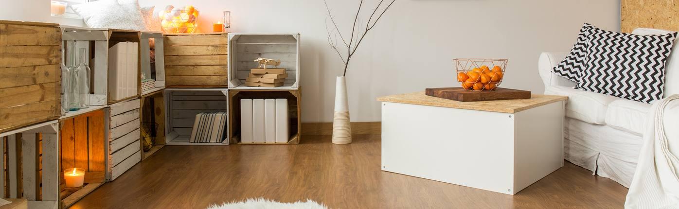 Kleines Wohnzimmer Mit Kubischen Offenen Holzregalen With Wohnzimmer  Einrichten Tipps