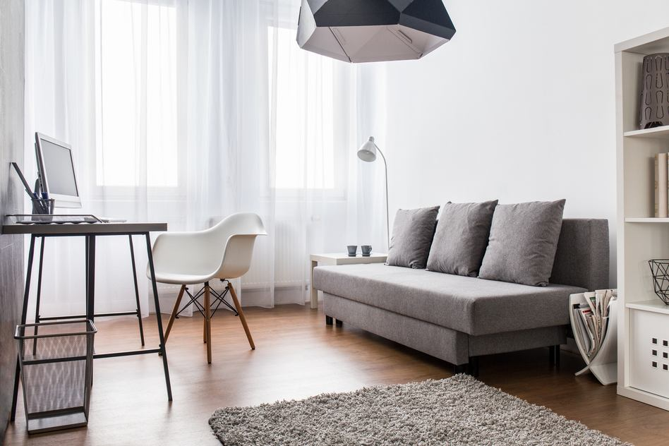 Kleines Wohnzimmer Mit Bürotisch In Grau