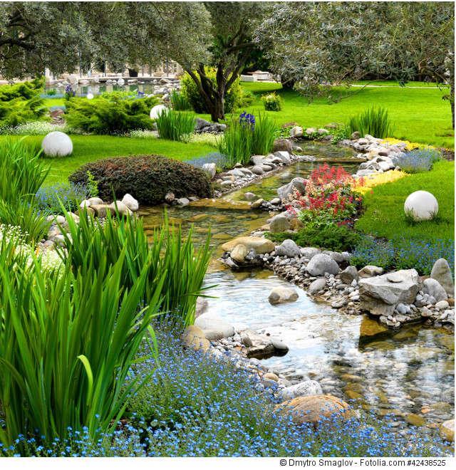 Gartengestaltung Ideen mit Teich und Teichbrücken aus Holz