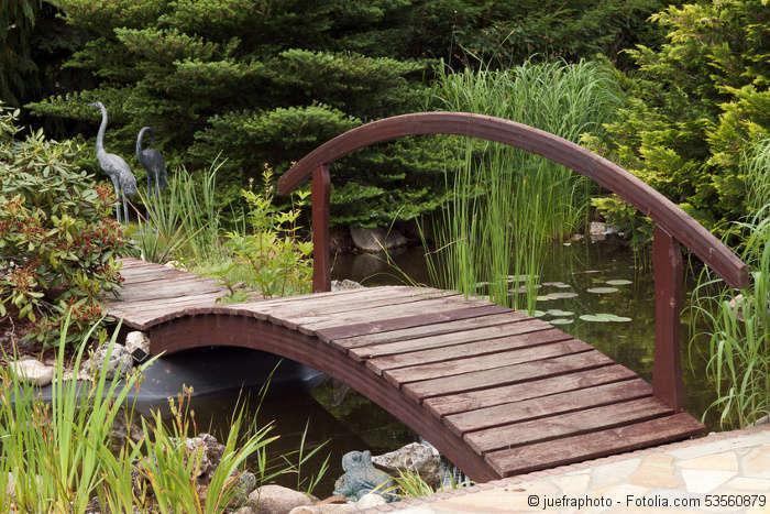 Teich Gestaltung Idee Teichbrücken aus Holz