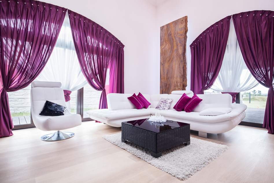Wohnzimmer mit Sofa in Lila: Die Farbe des Geistes und der Magie